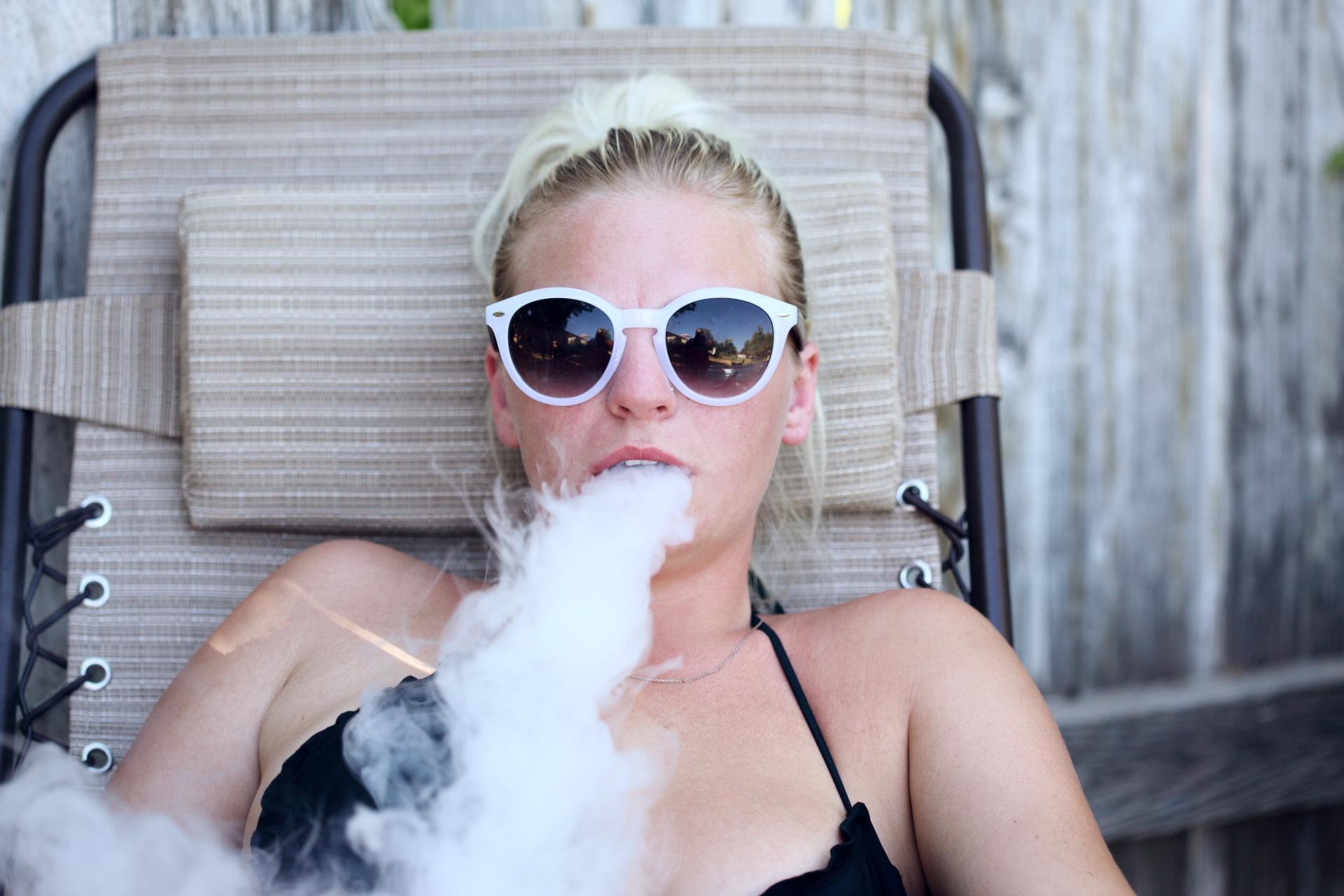 Frau dampft E Zigarette
