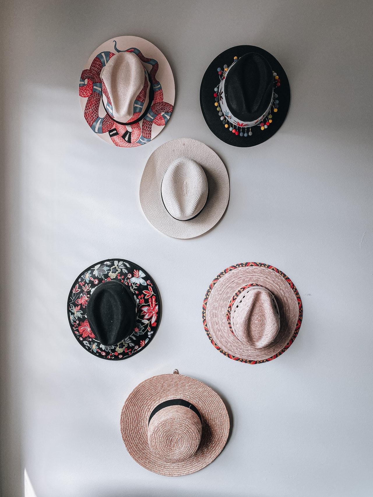 Hüte an einer Wand