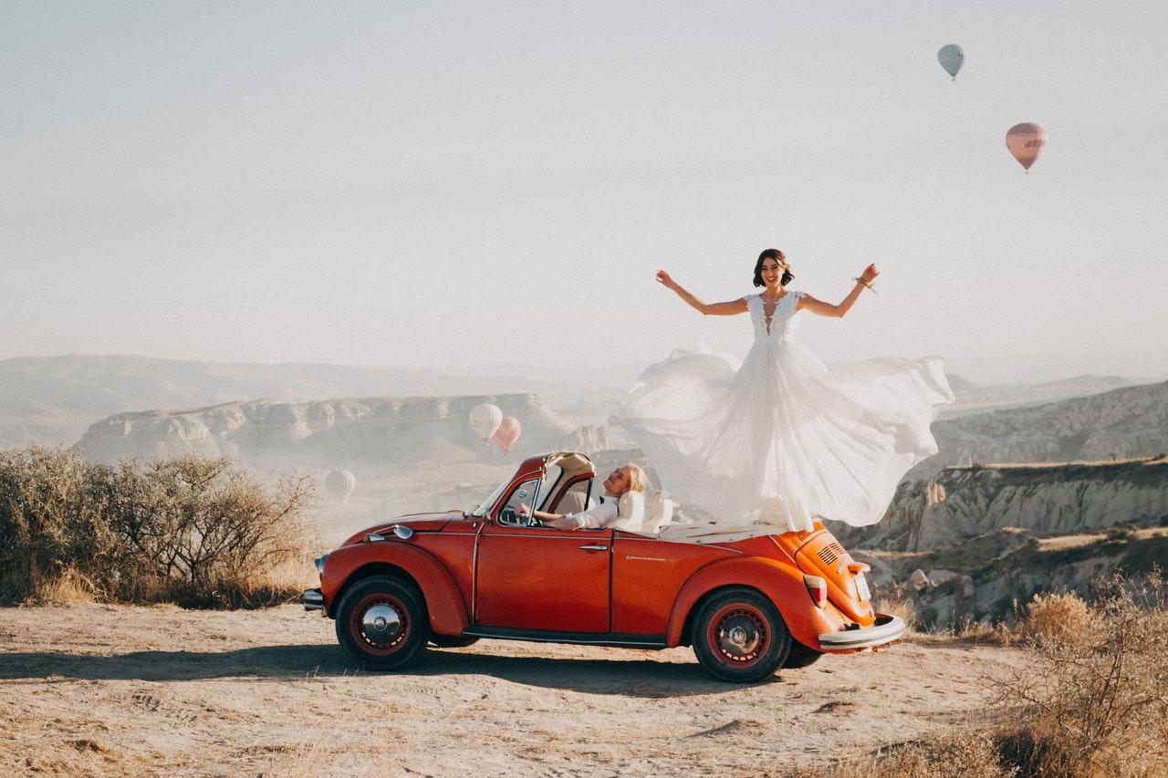 Brautpaar in VW Käfer